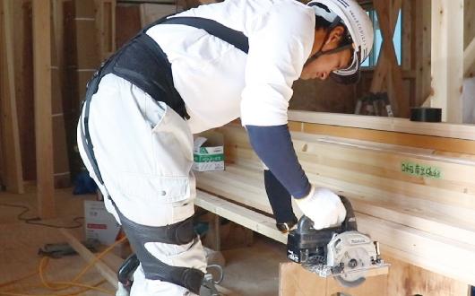 バネのチカラで作業を アシストする無動力 パワースーツ。